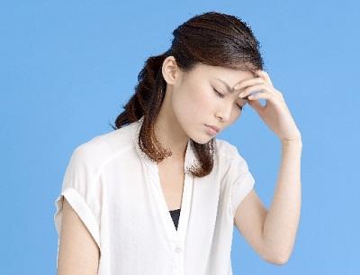 脳疲労・考え込んで頭がパンパンな女性