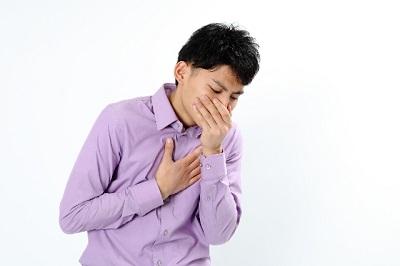 吐き気とめまいを伴う頭痛の男性