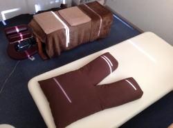 施術ルームのうつ伏せベッドとあお向けベッド